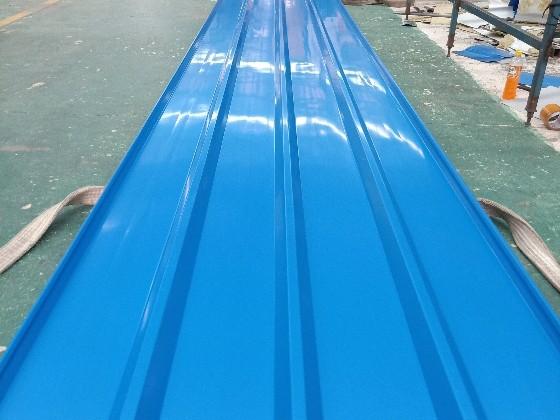 为什么钢构厂房会选彩钢夹芯板做围档?